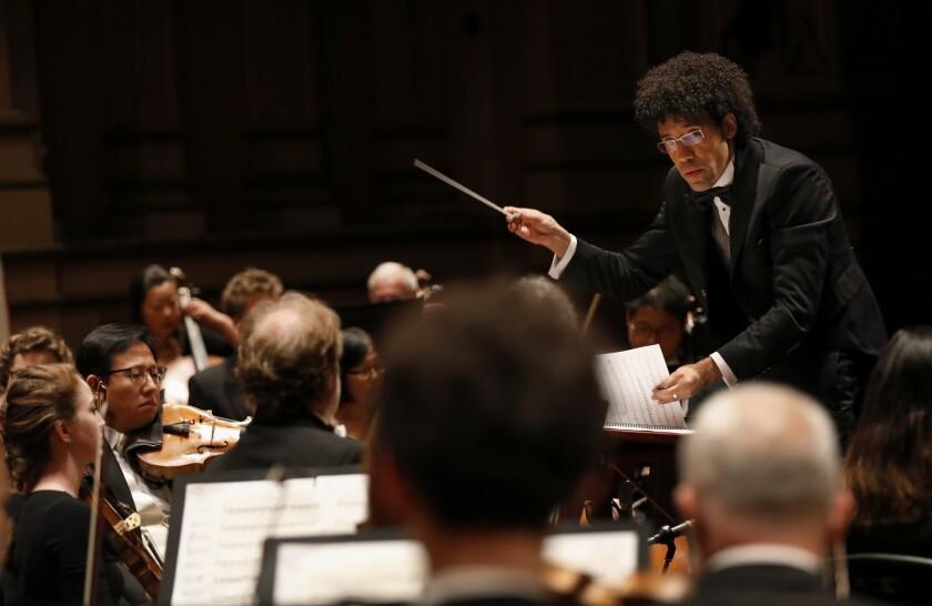 Rafael Payare dirigiendo la Sinfónica de San Diego