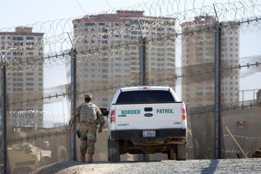 Soldados instalan un cercado de alambre en San Diego, California, EE. UU. EFE/Archivo