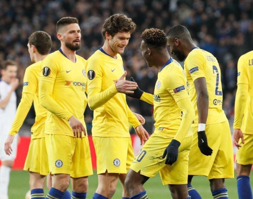 El extremo inglés del Chelsea Callum Hudson-Odoi (2d) celebra con su compañero, el español Marcos Alonso, (c-i), tras anotar el 0-5 durante el encuentro de vuelta de los octavos de final de la UEFA Liga Europa entre el Dinamo de Kiev y el Chelsea disputado en Kiev (Ucrania). EFE