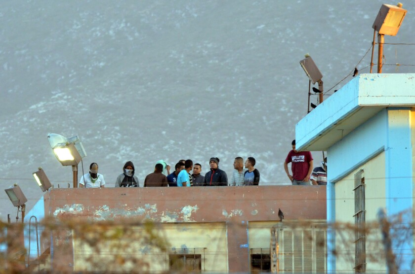 Un grupo de presos, de pie sobre la azotea de la prisión de Topo Chico tras un motín que comenzó alrededor de la medianoche del jueves, el 11 de febrero de 2016. (Foto AP/Emilio Vazquez)