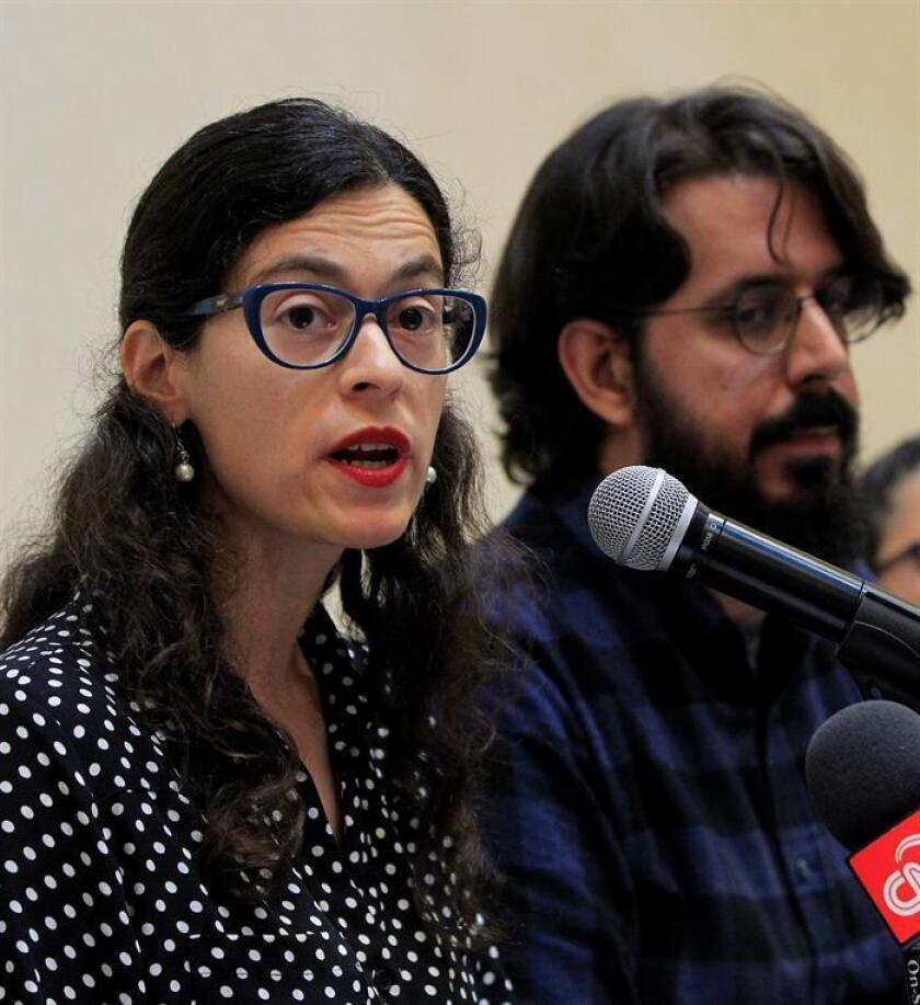 Los activistas del movimiento ciudadano PODER, Fernanda Hopenhaym (i) y Eduard Martín Borregón (d), participan hoy, miércoles 17 de octubre de 2018, en una rueda de ,prensa en Ciudad de México (México). EFE
