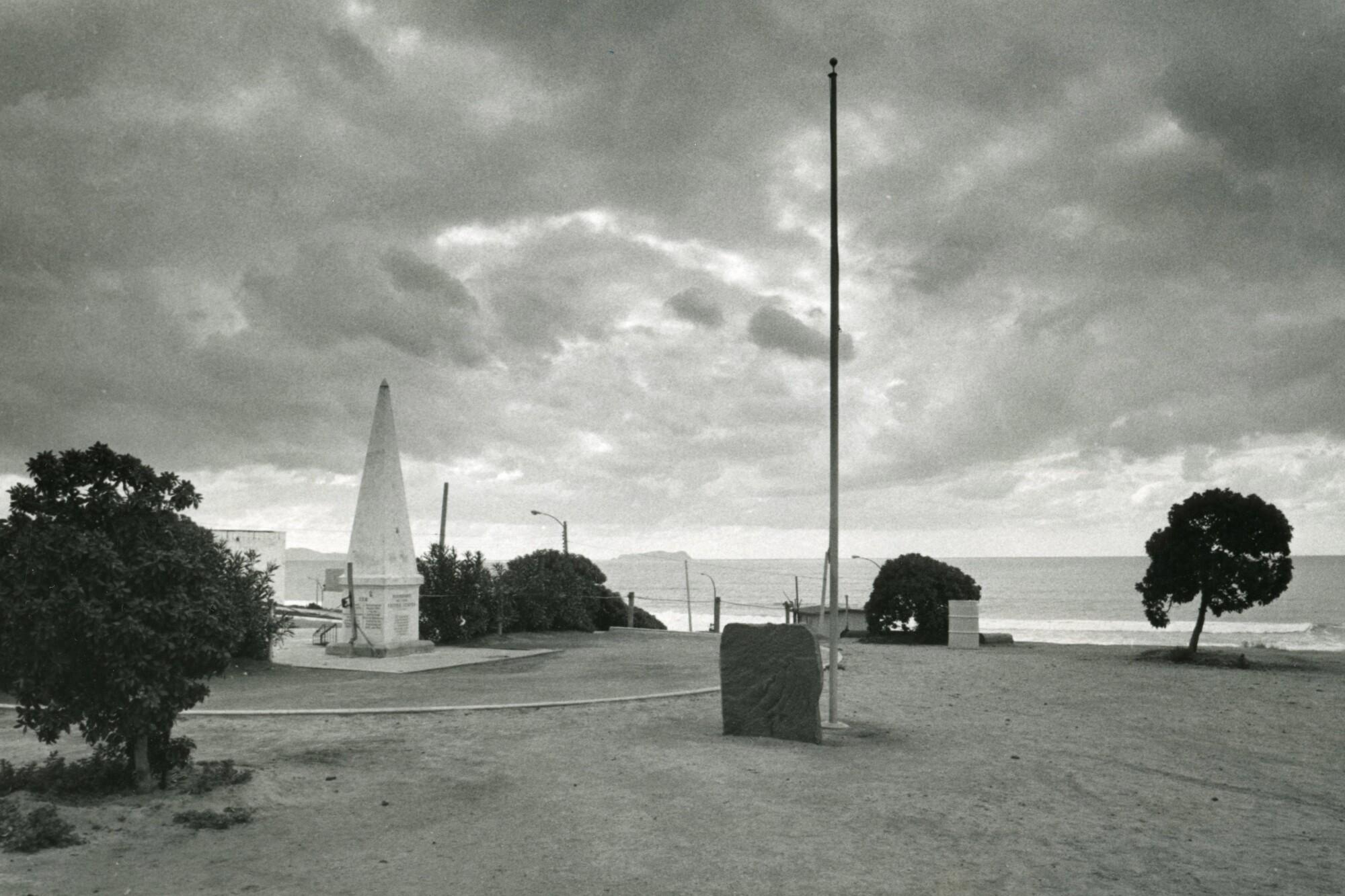 La esquina suroeste de los Estados Unidos está marcada por un obelisco, una placa y un asta de bandera.
