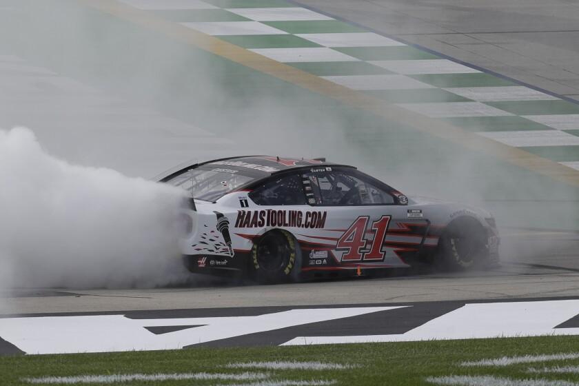 Cole Custer célèbre après avoir remporté un NASCAR Cup course, dimanche à Sparte, Ky.