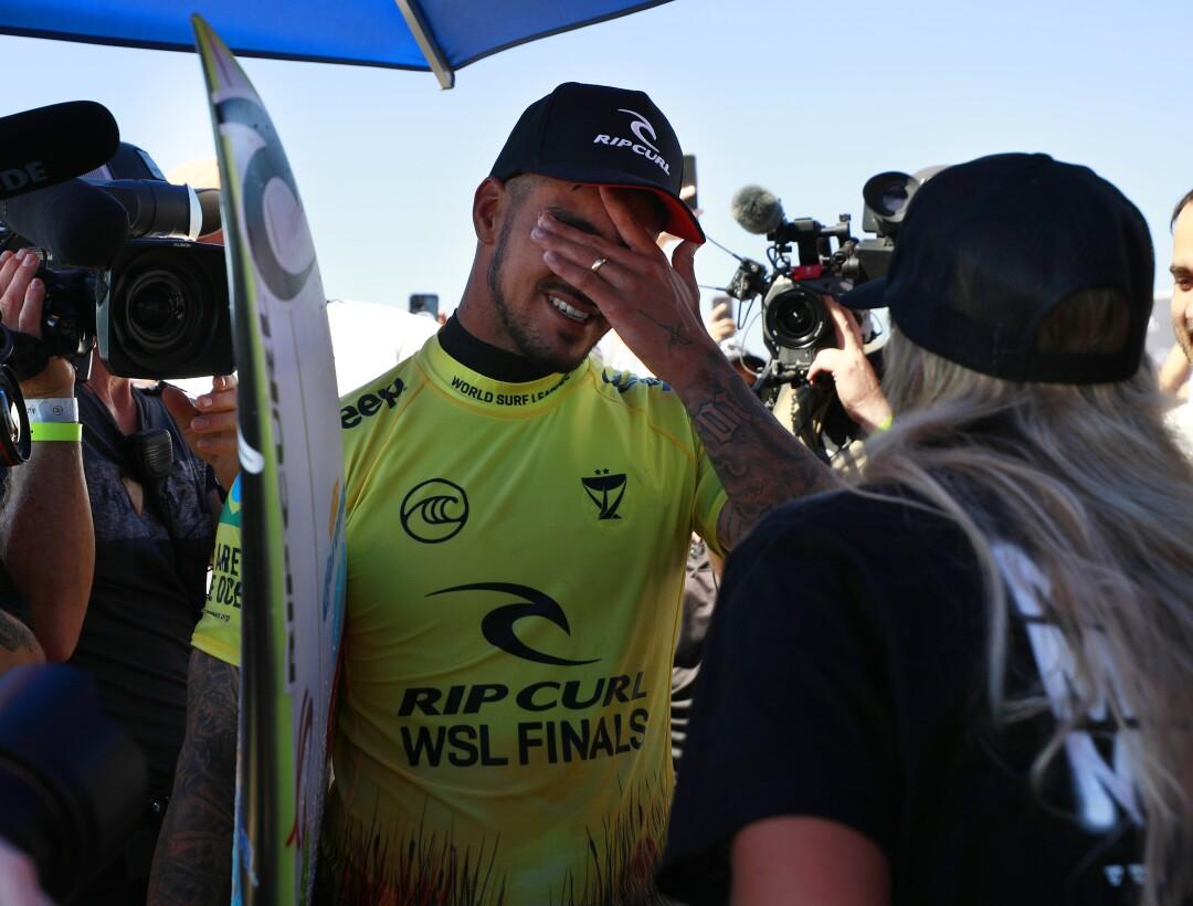 Gabriel Medina, do Brasil, emociona-se depois de vencer o campeonato mundial nas finais da World Surf League