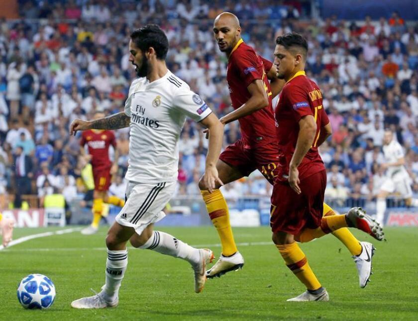 El centrocampista del Real Madrid, Isco Alarcón (i), controla pelota ante los jugadores de la Roma, el francés Steven Nzonzi (c) y el turco Cengiz Under (d), durante el partido de Liga de Campeones que disputaron en el estadio Santiago Bernabéu en Madrid el pasado mes de septiembre. EFE/Archivo
