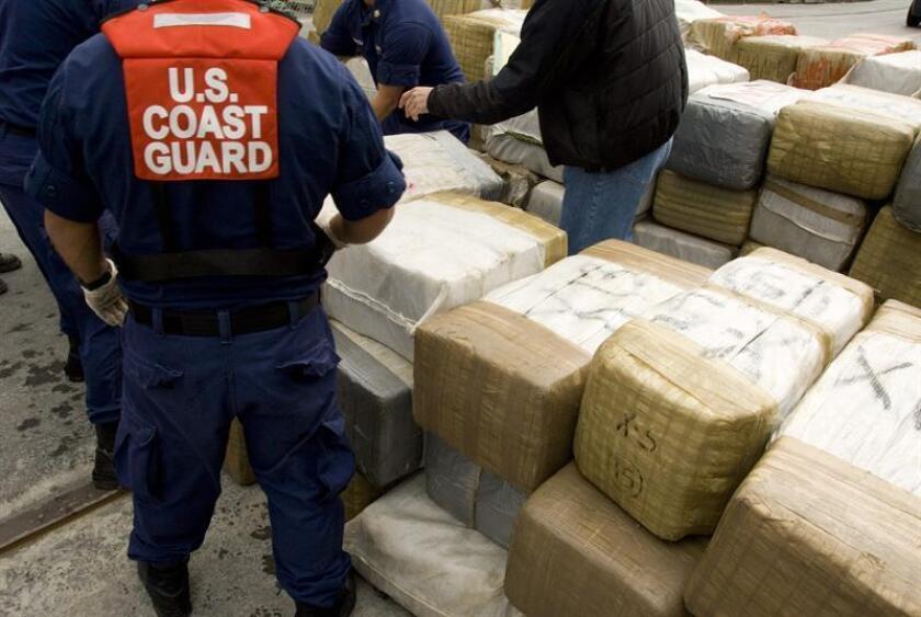 La Guardia Costera descargó hoy en el puerto Everglades (sur de Florida) un cargamento de unas 7 toneladas de cocaína, valorado en 190 millones de dólares, que fue interceptado en varios operativos hechos en aguas del Pacífico. EFE/USCG/HENRY G. DUNPHY/USO EDITORIAL SOLAMENTE/NO VENTAS [USO EDITORIAL SOLAMENTE/NO VENTAS]