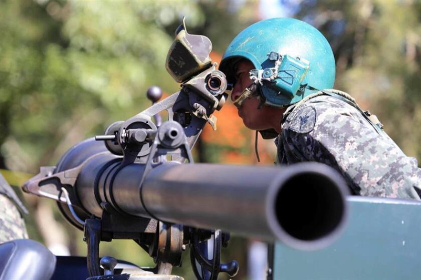 El presidente de Honduras, Juan Orlando Hernández, dijo hoy que invertir en las Fuerzas Armadas contribuye al desarrollo de su país, que sufre de una violencia que a diario deja un promedio de trece muertos.