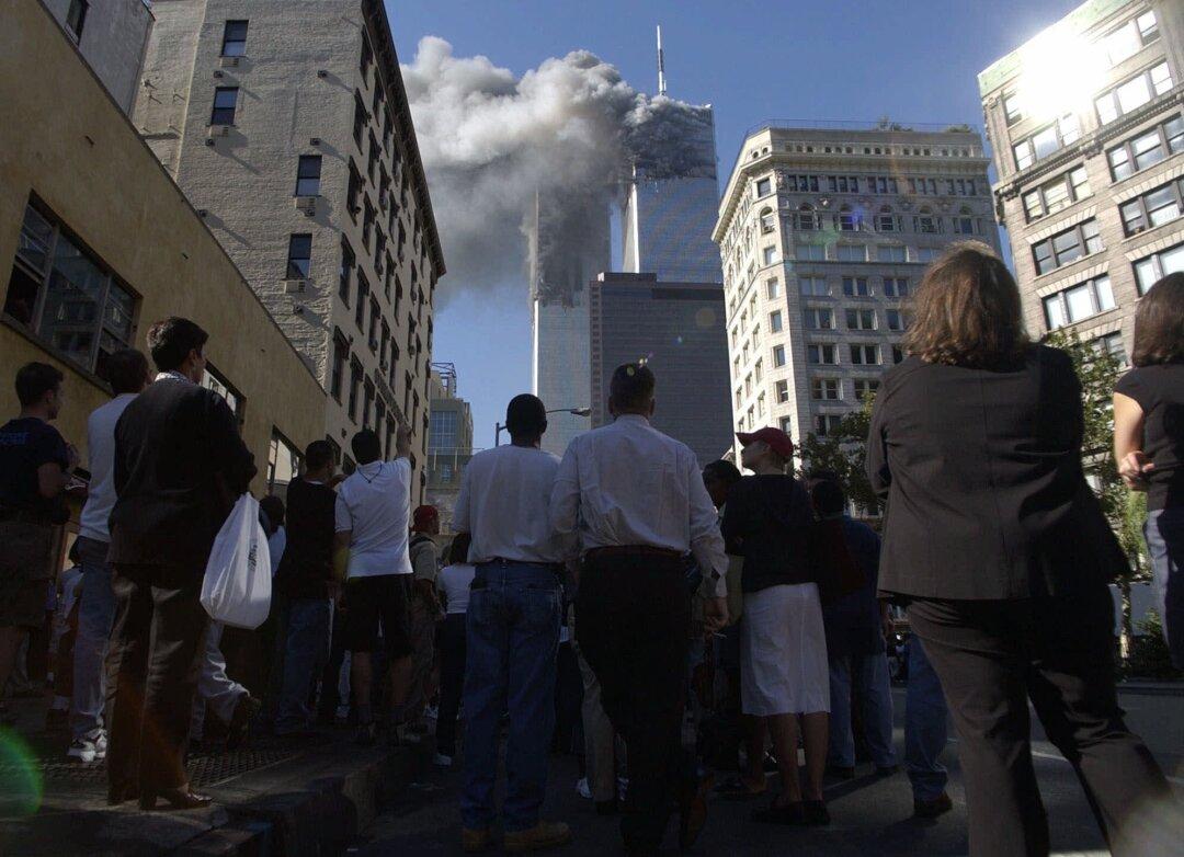 مردم در خیابان جمع می شوند و شاهد ریختن دود از برج های دوقلو هستند.