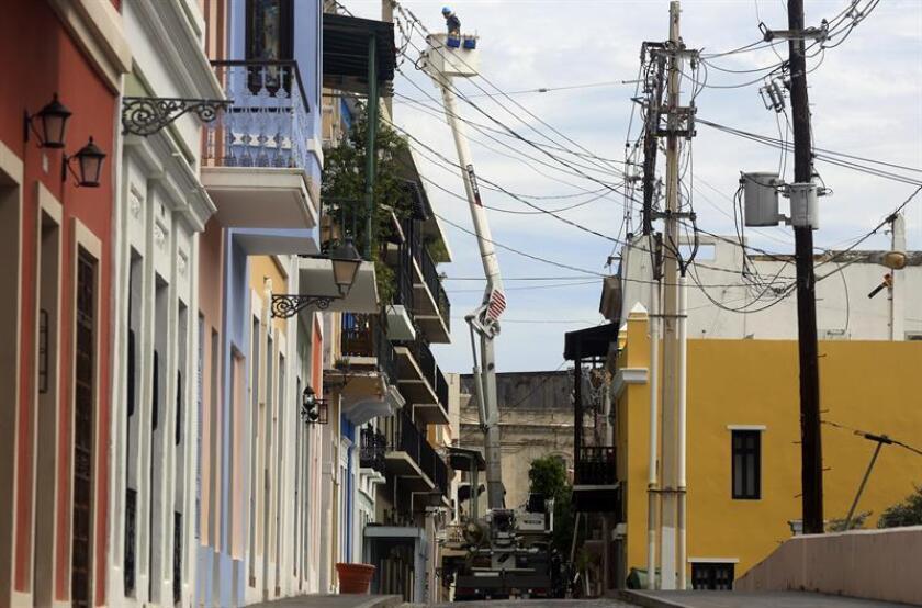La compañía estadounidense de ingeniería Fluor indicó hoy que las brigadas que trabajan en la misión que tiene en Puerto Rico el Cuerpo de Ingenieros del Ejército de Estados Unidos han ayudado a restablecer el servicio de electricidad a más de 232.000 abonados alrededor de la isla desde que iniciaron sus labores en octubre tras el huracán María. EFE/Archivo