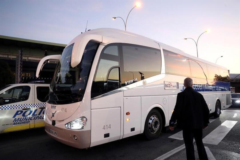 Autocar que trasladaba a los jugadores del Boca Juniors tras su llegada, en la tarde del miércoles, al aeropuerto Adolfo Suárez Madrid-Barajas. EFE