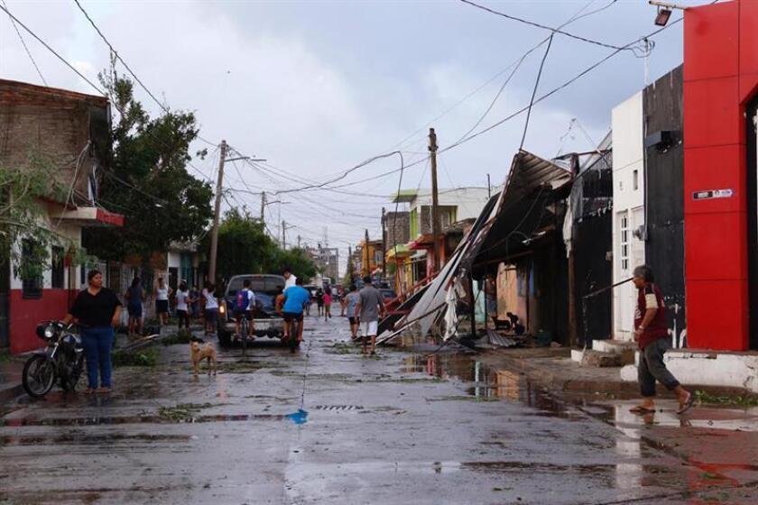 Vista general de los daños en los cables de energía y en algunas viviendas de la población de Escuinapa hoy, miércoles 24 de octubre de 2018, en el estado de Sinaloa (México), tras el paso del huracán Willa. EFE/STR