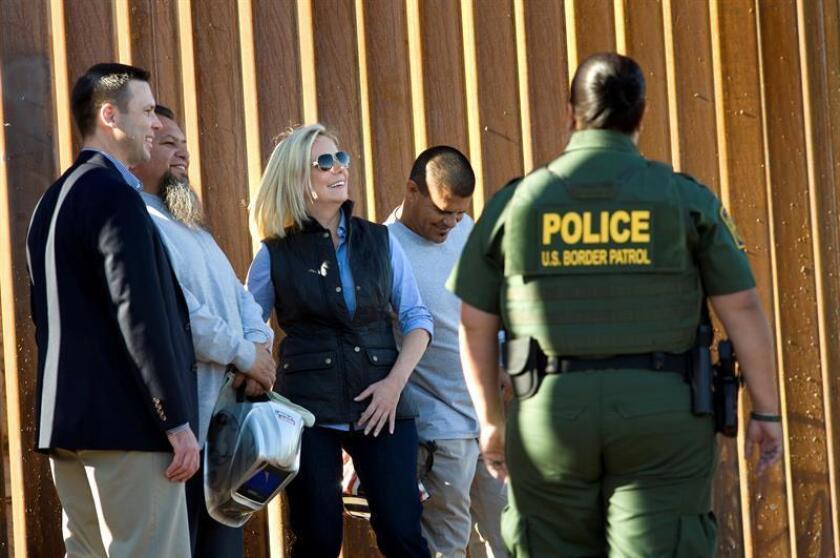 La secretaria de Seguridad Nacional estadounidense, Kirstjen Nielsen (3i), visita hoy, 26 de octubre del 2018 la frontera para presentar la recién reforzada barda fronteriza de 30 pies de altura entre Caléxico, California (Estados Unidos) y México. EFE