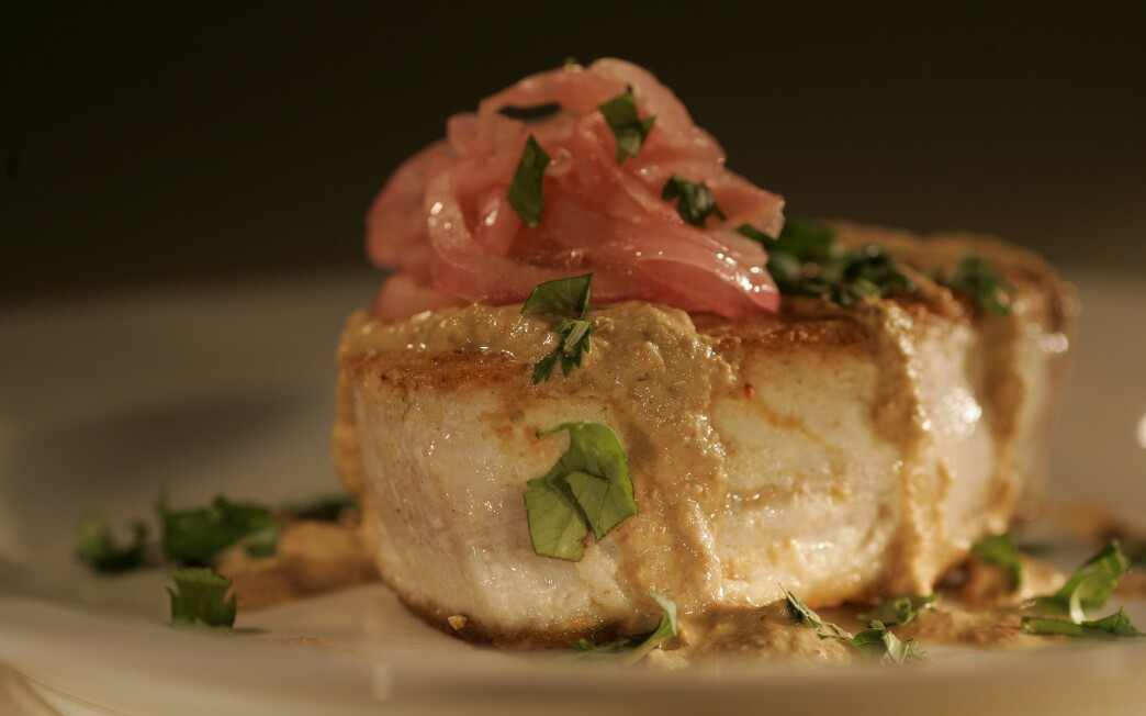 Atun del diablo (Seared albacore tuna with pumpkin seed-sesame sauce and pickled red onions)