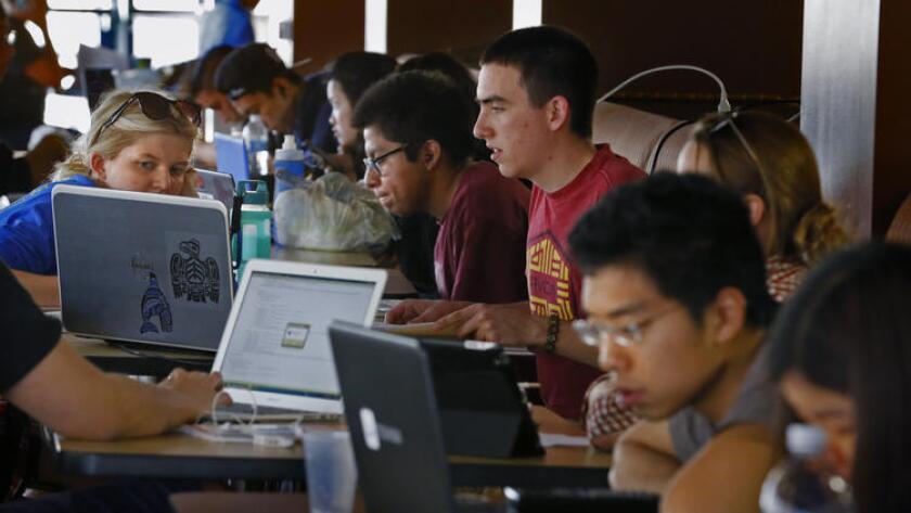Alumnos de UC Irvine estudian para los exámenes finales en el centro estudiantil de la escuela, el 16 de marzo de 2015 (Los Angeles Times).