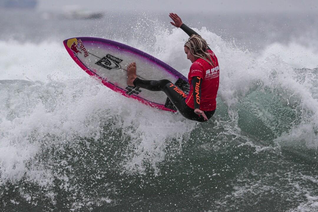 Caity Simmers participe à une manche préliminaire pour se qualifier pour la finale de l'US Open of Surfing