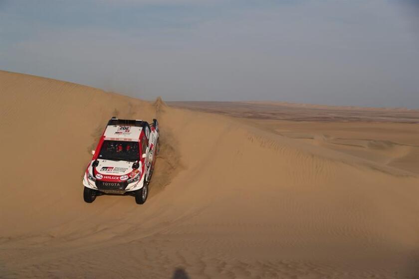 El sudafricano Giniel de Villiers conduce su vehículo Toyota hoy durante la segunda etapa del Rally Dakar 2019 entre Pisco y San Juan de Marcona (Perú). EFE