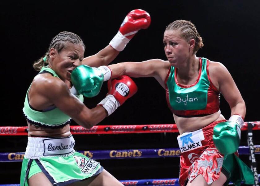Zulina Muñoz (d) conecta a la venezolana Carolina Álvarez, en pelea por el campeonato mundial Supermosca CMB.