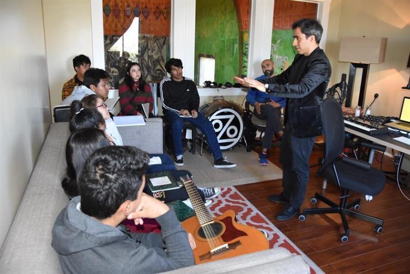 El productor musical de la banda estadounidense Ozomatli, Javier Góyes (d), imparte clase durante un curso sobre cómo crear canciones el pasado miércoles 13 de marzo de 2019, en un salón de La Casa del Mexicano en el este de Los Ángeles, California (Estados Unidos). EFE