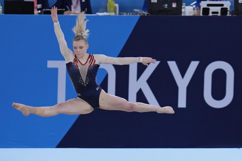 Jade Carey, de Estados Unidos, actúa en la final de suelo individual, en los Juegos de Tokio, el 2 de agosto de 2021