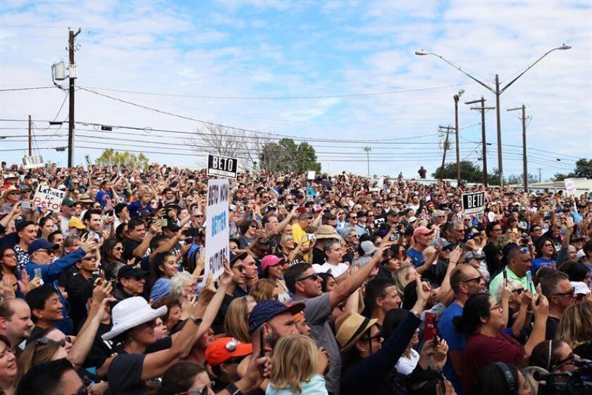 Cientos de personas asisten a un mitin del candidato demócrata al Senado por Texas, Beto O'Rourke, hoy, domingo 4 de noviembre de 2018, en Austin, Texas (EE.UU.). EFE