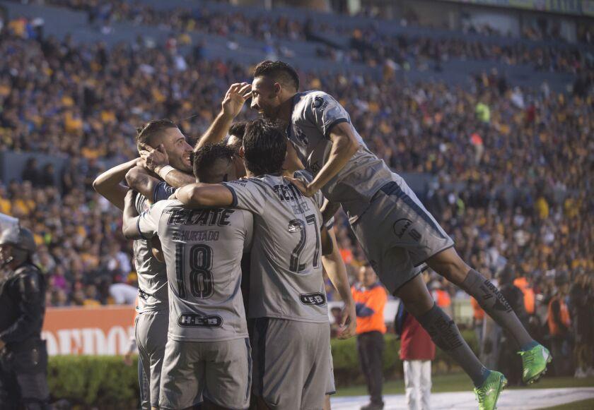 MON10 - MONTERREY (MÉXICO), 28/04/2018.- Jugadores de Rayados de Monterrey festejan una anotación ante Tigres hoy, sábado 28 de abril de 2018, durante el partido correspondiente a la jornada 17 del Torneo Clausura 2018 celebrado en el estadio Universitario de la ciudad de Monterrey (México).
