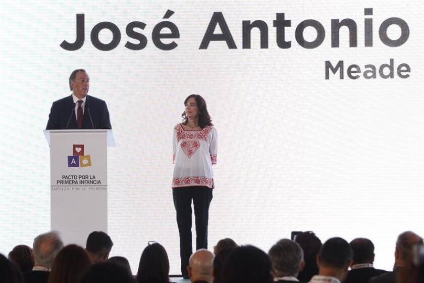José Antonio Meade (i), candidato a la presidencia de la República por el partido partido de la Revolucionario Institucional, acompañado por su esposa, Juana Cuevas (d), participan durante la firma de un pacto por la primera infancia hoy, martes 17 de abril de 2018, en Ciudad de México (México). EFE