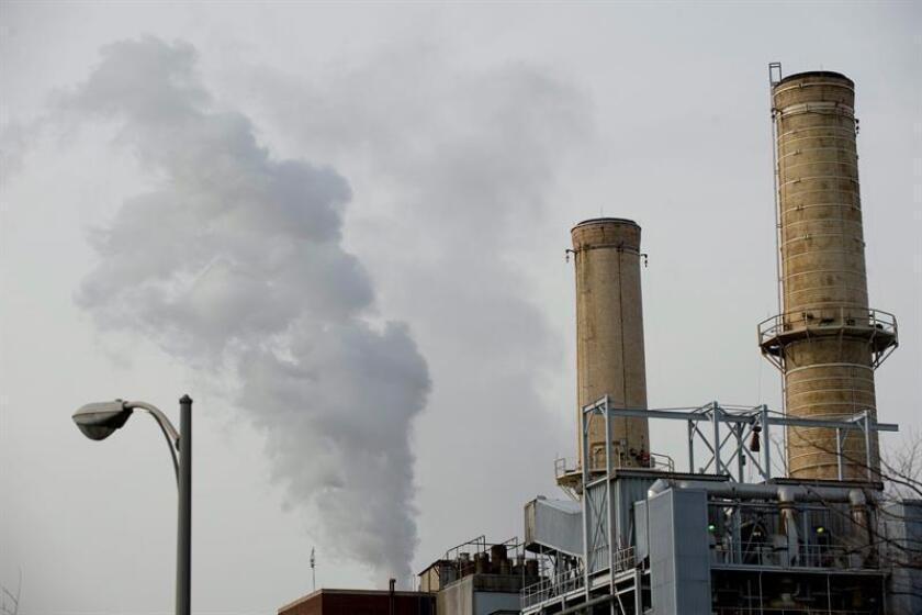 Una columna de carbón sale de una chimenea de la planta de carbón que provee energía a las oficinas del Capitolio en Washington DC, Estados Unidos. EFE/Archivo