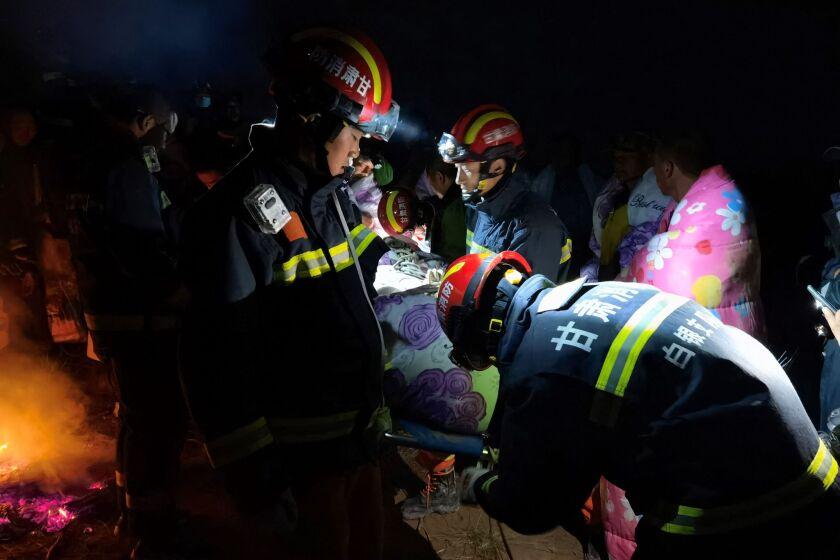 عکس شب از امدادگران که به دوندگان کمک می کنند.