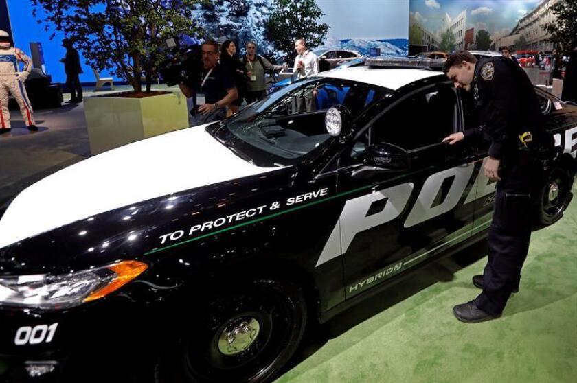 Un oficial de la Policía de Nueva York observa el vehículo Ford Police Interceptor 2018 hoy, jueves 29 de marzo de 2018, durante su presentación a periodistas un día antes de la apertura del Salón del Automóvil de Nueva York 2018 en el Centro de Convenciones Jacob K. Javits en Nueva York (EE.UU.). EFE/Archivo