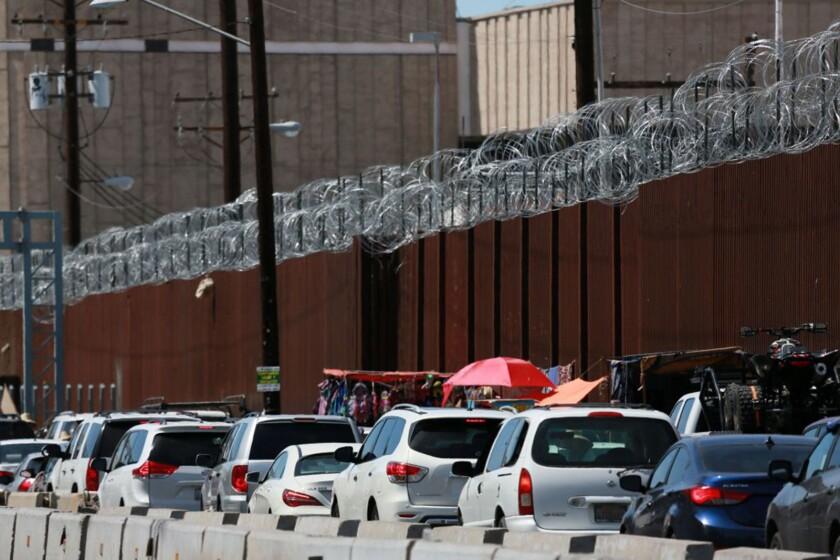 Los automovilistas esperan en fila para cruzar la frontera a Caléxico.