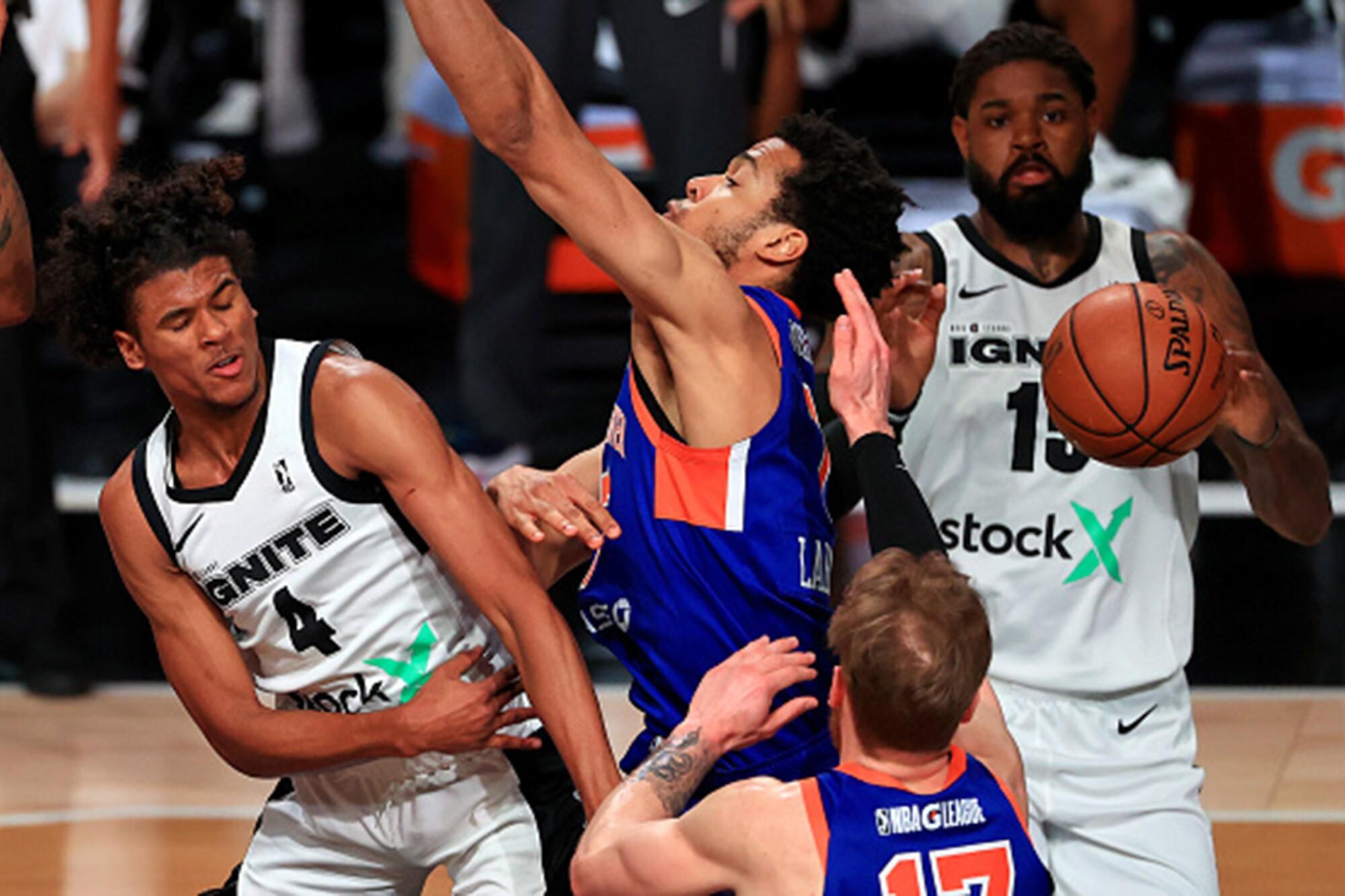 Ignite's Jalen Green (4) flips a pass between Westchester Knicks defenders during a G league game last season.