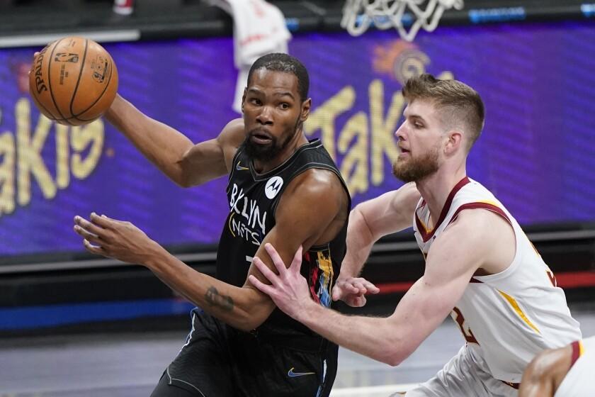 Kevin Durant de los Nets de Brooklyn avanza hacia la canasta superando a Dean Wade de los Cavaliers de Cleveland en el encuentro del domingo 16 de mayo del 2021. (AP Photo/Frank Franklin II)
