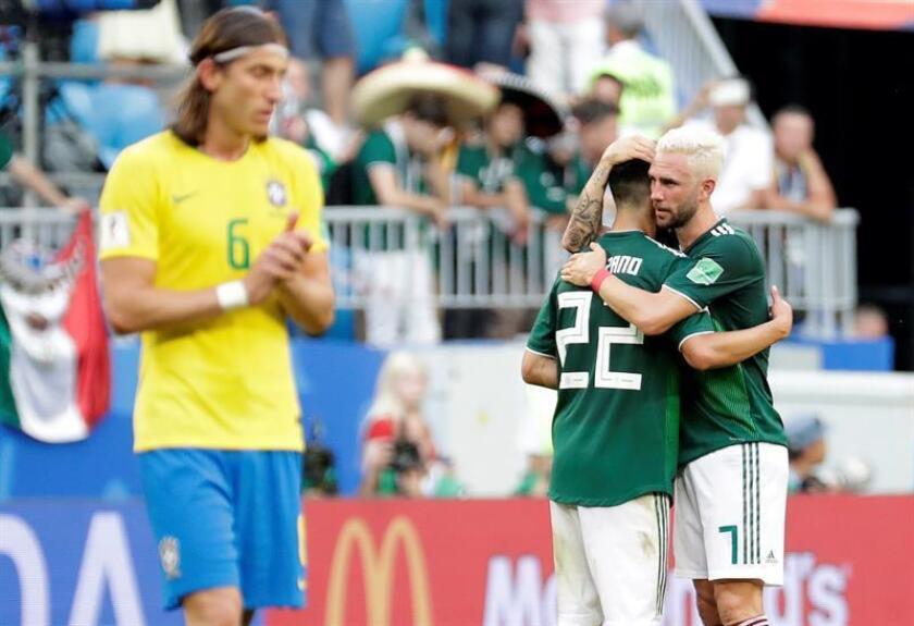 El delantero mexicano Hirving Lozano (2-d) y el defensa mexicano Miguel Layún (d) reaccionan tras el partido Brasil-México, de octavos de final del Mundial de Fútbol de Rusia 2018, en el Samara Arena de Samara, Rusia, hoy 2 de julio de 2018. EFE