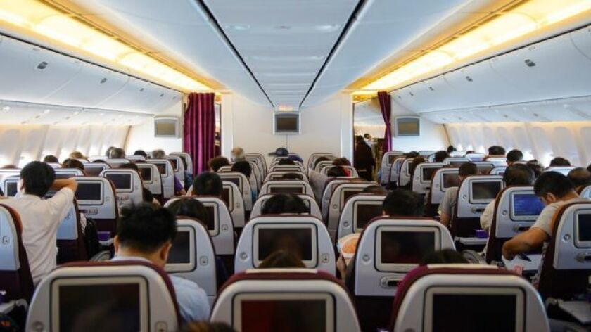 Escoger el asiento adecuado puede ayudar a mitigar las molestias de viajar en una cabina atestada de pasajeros.