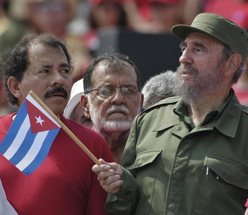 Fotografía fechada el 1 de mayo de 2005. El expresidente cubano Fidel Castro (d) junto al presidente nicaragüense, Daniel Ortega (i) participan en el acto central por el 1 de Mayo celebrado en la Plaza de la Revolución de La Habana. EFE/Archivo