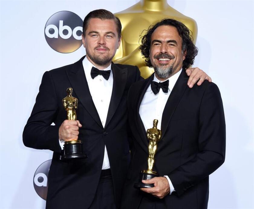 Leonardo DiCaprio (izda) y el director mexicano Alejandro González Iñarritu sostienen el Oscar al mejor actor y director por 'The Revenant' en el Dolby Teatro de Hollywood, California, USA. EFE/Archivo
