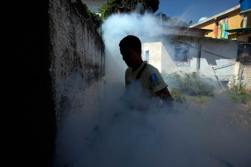 Un operario de la municipalidad de Sucre fumiga para terminar con el mosquito Aedes aegypti, que transmite el virus del zika, en el vecindario de Petare, en Caracas, Venezuela. (Foto AP/Fernando Llano)