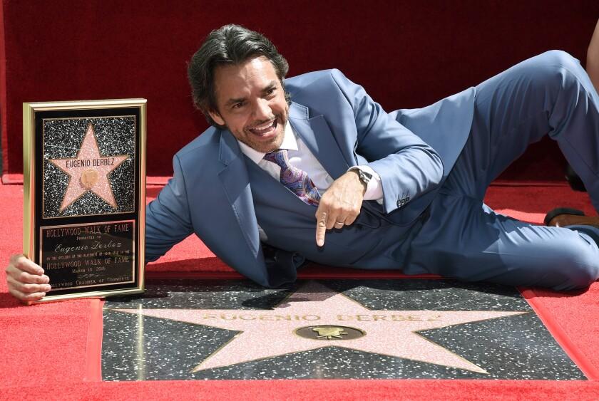El actor y cineasta mexicano Eugenio Derbez posa junto a su flamante estrella en el Paseo de la Fama de Hollywood, el jueves 10 de marzo del 2016 en Los Angeles. (Foto por Chris Pizzello/Invision/AP)