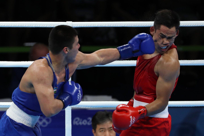 Bektemir Melikuziev de Uzbekistán (i) en acción contra el mexicano Misael Rodríguez (d) durante la semifinal de boxeo de 75 kilogramos de los Juegos Olímpicos Río 2016.