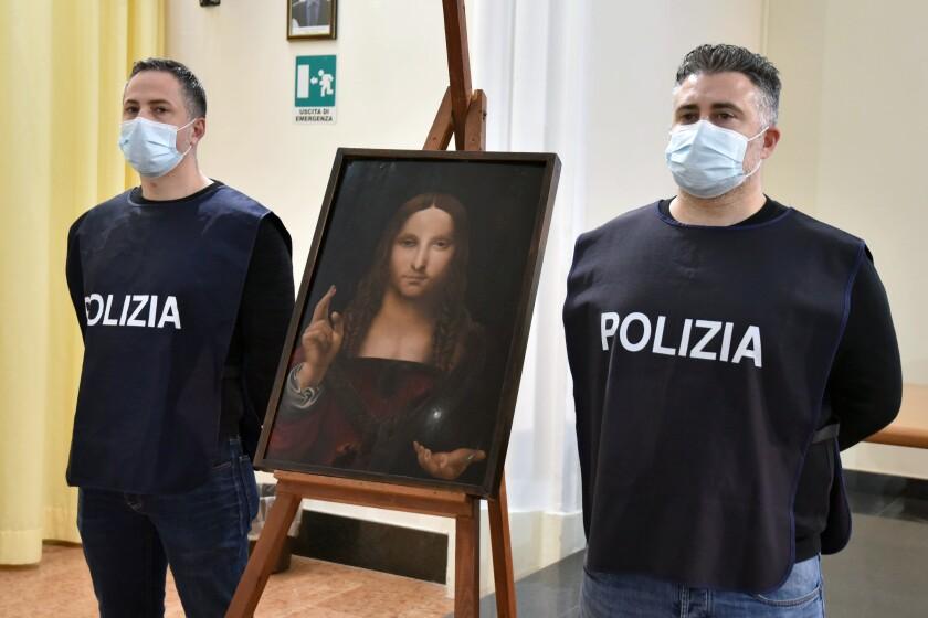 """Los policías italianos están junto a una copia del """"Salvator Mundi"""" (salvador del mundo) de Leonardo da Vinci."""