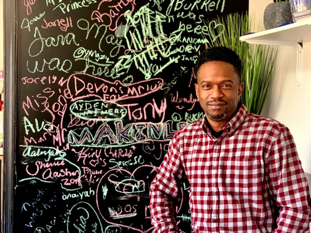 """Edward Harrison es dueño de una peluquería y cafetería en las suburbios de Wilmington. """"Pancho ="""" 1080 """"categoría = """"810"""" />   <div class="""