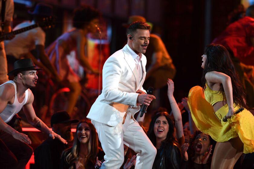 """Ricky Martin al lado de la cubano-americana Camila Cabello mientras interpretan el tema """"Havana"""" en el escenario del Staples."""