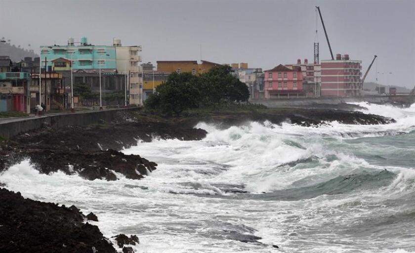 """Vista del malecón de la ciudad de Baracoa hoy, martes 04 de octubre, en Guantánamo (Cuba). El """"extremadamente peligroso"""" huracán de categoría 4 Matthew, que presenta vientos máximos sostenidos de 145 millas (230 km/h), descargará su furia sobre Cuba esta tarde, informó hoy el Centro Nacional de Huracanes (NHC) de EE.UU. EFE/Alejandro Ernesto"""