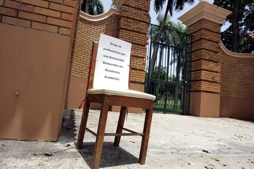 """Una silla donde se lee """"Grupo de profesores por una universidad democrática de excelencia académica"""" es puesta en la entrada de la Universidad de Puerto Rico. EFE/Archivo"""