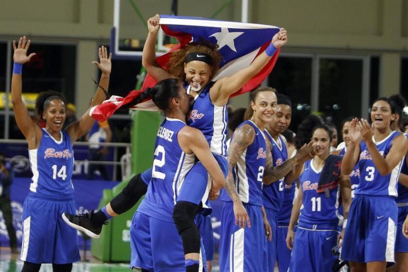 Las jugadoras de Puerto Rico fueron registradas este martes al celebrar la obtención de la medalla de bronce del baloncesto femenino de los XXIII Juegos Centroamericanos y del Caribe, en Barranquilla (Colombia). Los boricuas se impusieron 60-52 a las mexicanas. EFE