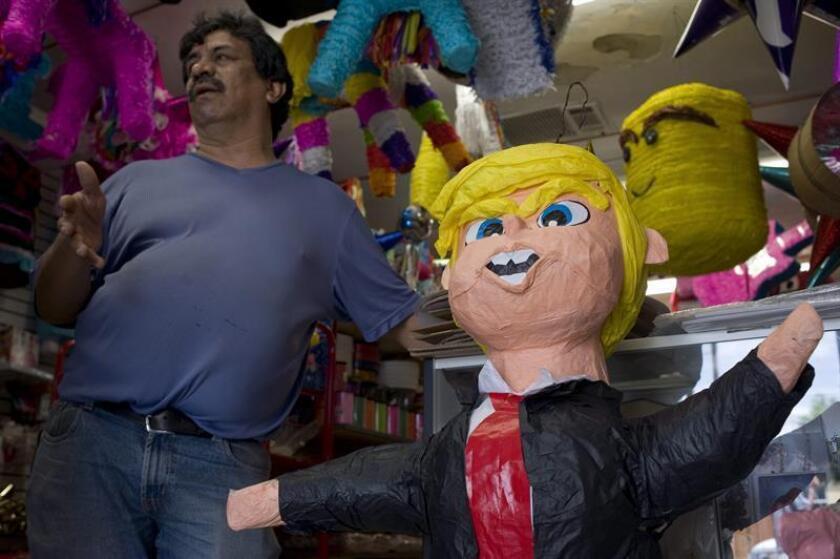 """Senadores del izquierdista Partido de la Revolución Democrática (PRD) """"rompieron"""" una piñata con la figura del presidente electo de Estados Unidos, Donald Trump, en una fiesta para celebrar el fin de año. EFE/ARCHIVO"""