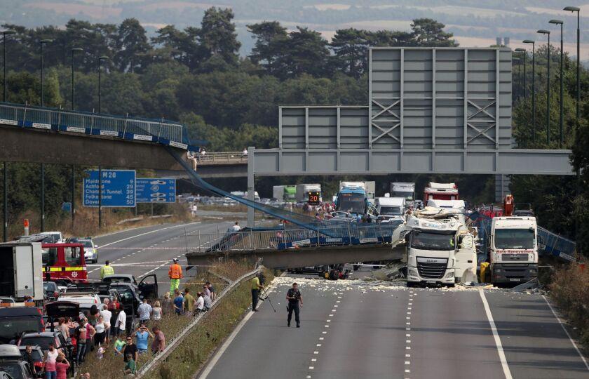 Imagen del derrumbe del puente a unos 48 kilómetros al sudeste de Londres el 27 de agosto del 2016. (Steve Parsons/PA via AP)