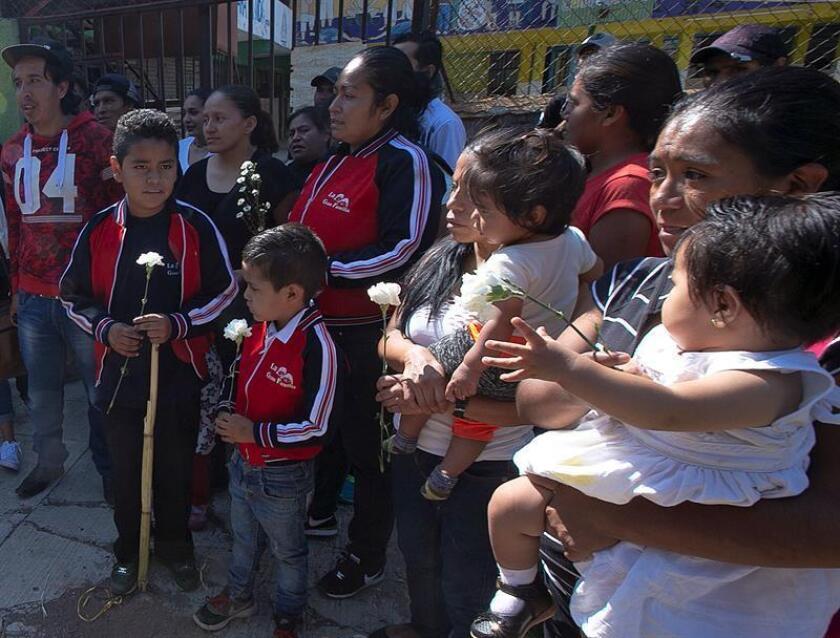 """Amigos y ciudadanos asisten al homenaje de la fundadora del albergue """"La Gran Familia"""", Rosa Verduzco, """"Mamá Rosa"""", hoy, lunes 4 de junio de 2018, en el exterior del albergue, en Zamora (México). EFE"""