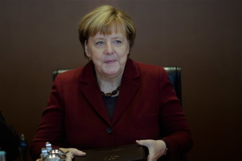 La canciller de Alemania, Angela Merkel, advirtió hoy a Rusia de que la opción de las sanciones, incluidas las económicas, sigue estando sobre la mesa, pese a que la cumbre no haya adoptado ninguna decisión al respecto, y que su aplicación dependerá de la evolución de la guerra en Siria.