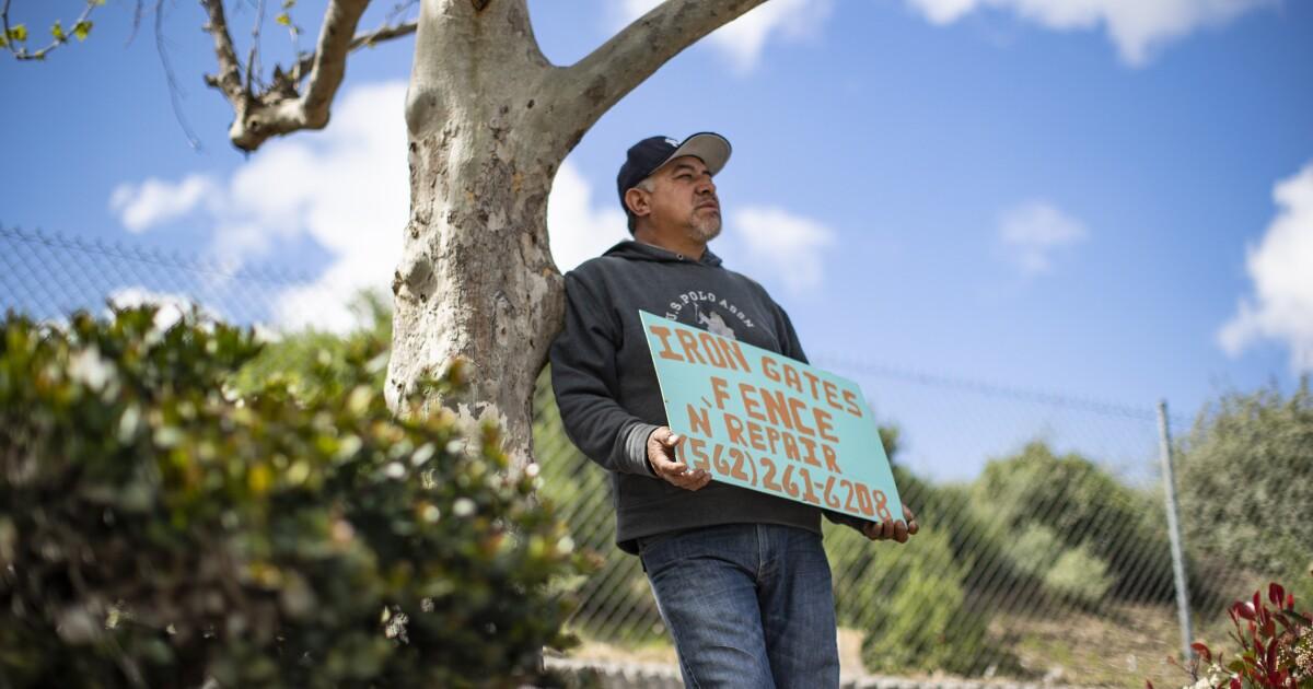 Μέσα σε αποχρώσεις της Μεγάλης Ύφεσης, εργάτες αγωνίζονται να βρουν εργασία κατά τη διάρκεια coronavirus
